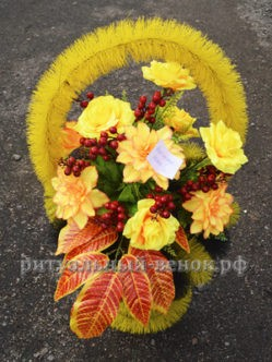 Ритуальная корзина из искусственных цветов