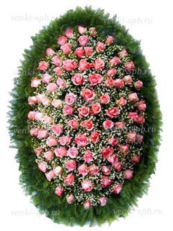 Венок из живых цветов на кладбище