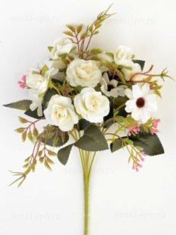 Букет искусственных цветов на кладбище в Троицу в СПб